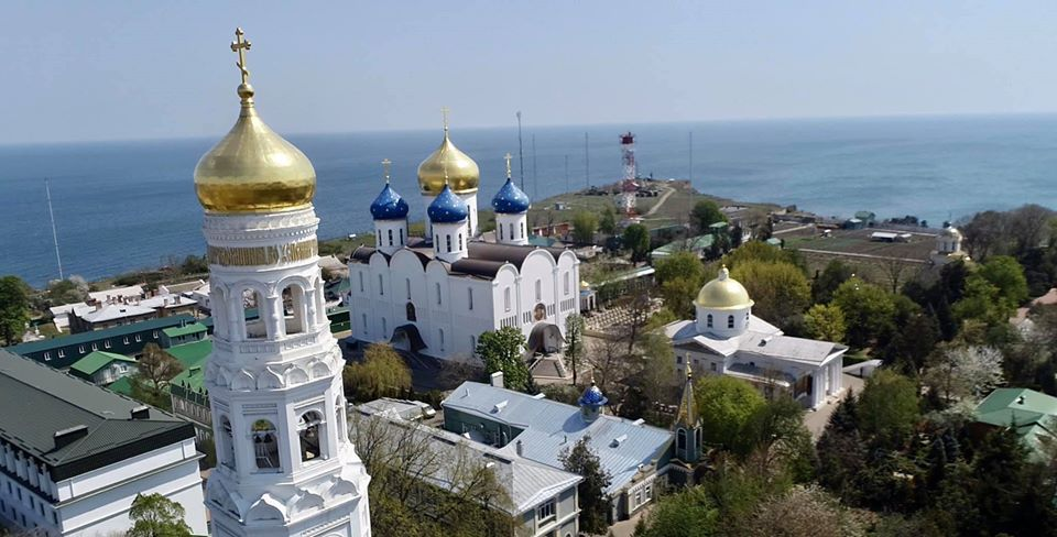 Фейки ЗМІ «самі себе підпалили та згорів лишень сарай»: репортаж з Успенського монастиря в Одесі