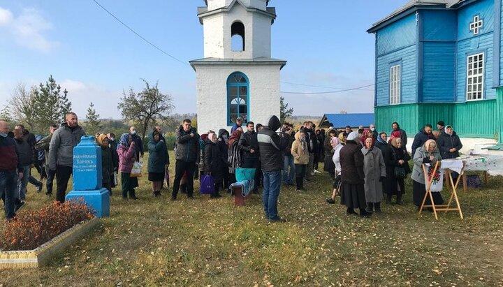 В Новоживотове верующих УПЦ уверили, что активисты ПЦУ не войдут в храм